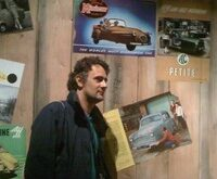Uomo con poster di macchine dietro