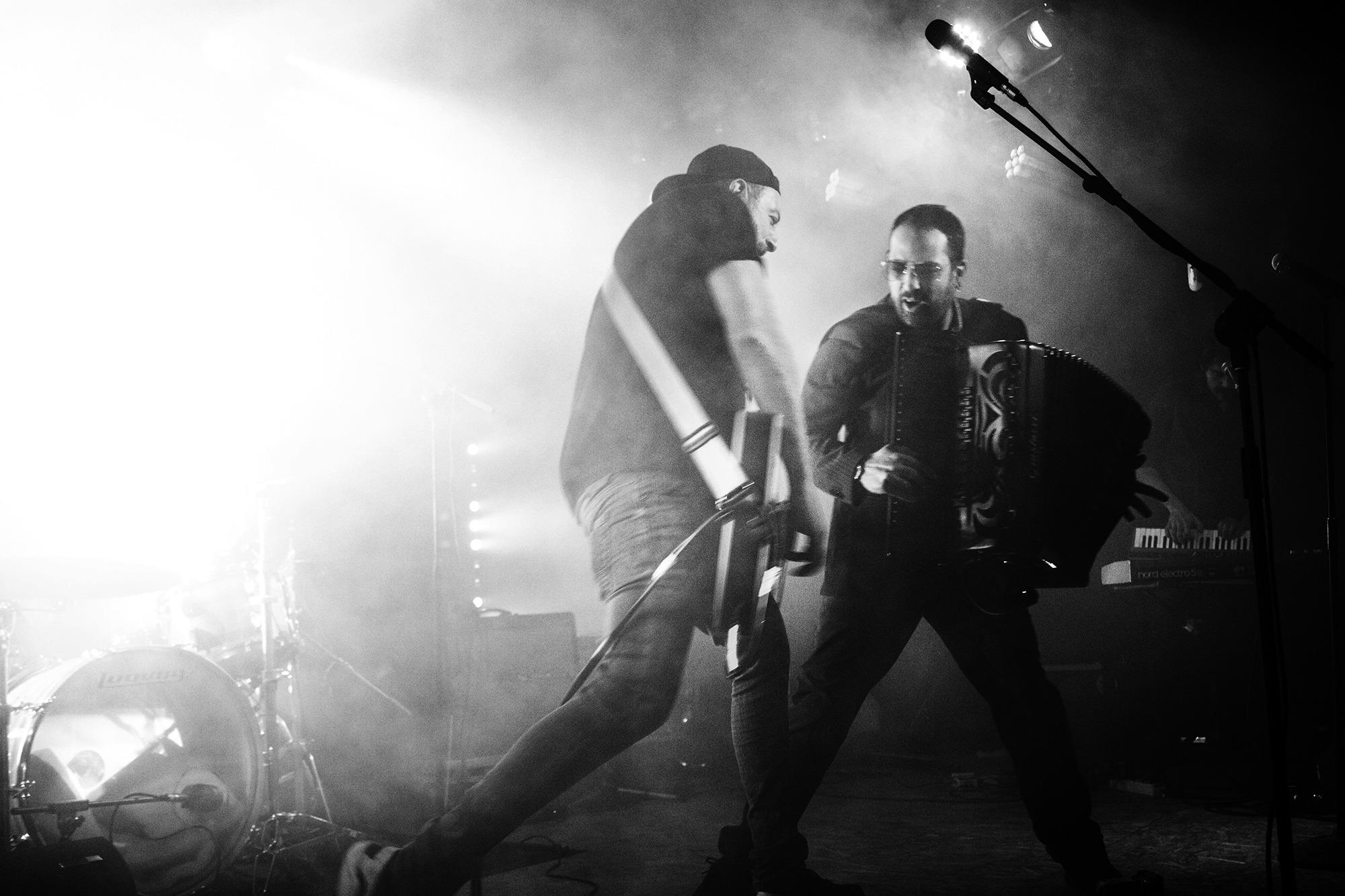 uomini in concerto in bianco e nero