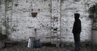 uomo davanti a un muro