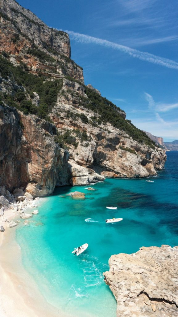 Cala dei Gabbiani credit Katie Kalmykova via Unsplash Sa Top 10 de sas marinas prus populares segundu Holidu