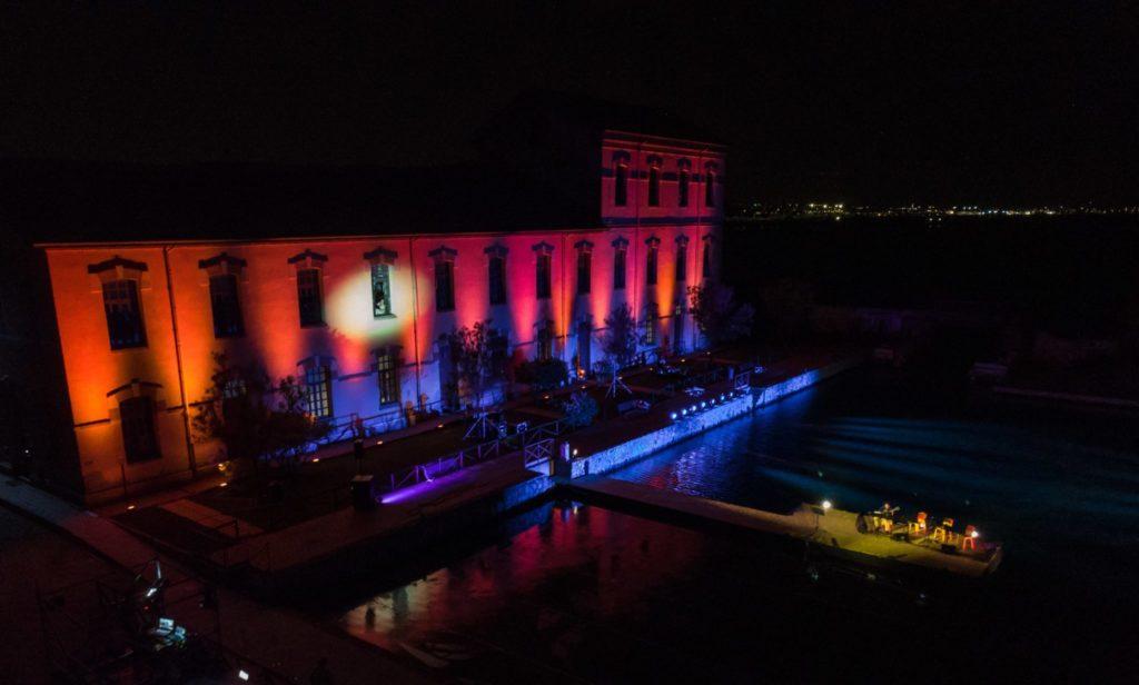 Ledificio dei Sali scelti durante lo spettacolo Debutto di successo per Bentu de Notas al Parco di Molentargius