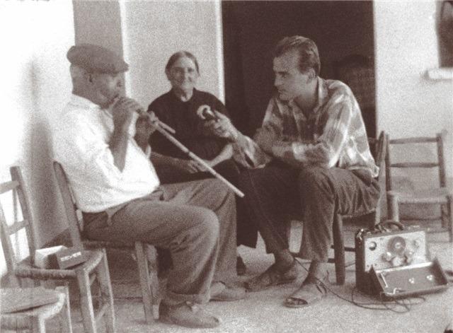 Andreas Bentzon registra Antonio Lara Fotogr. del film Is Launeddas Is sonus de is perdas fittas: concerti,mostre al villaggio di San  Simone