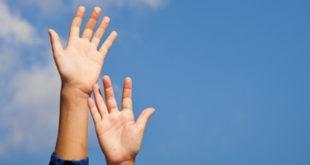Due mani nel cielo