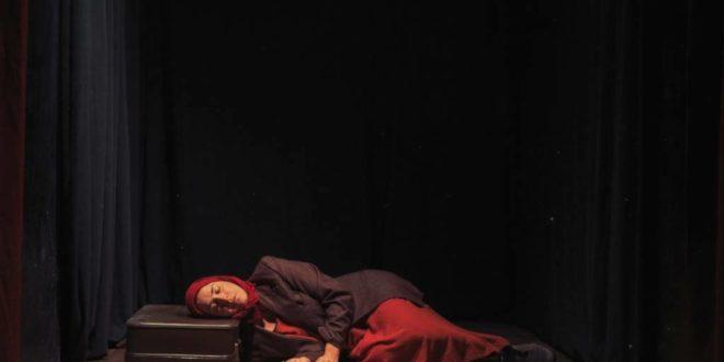 Donna coricata sul pavimento
