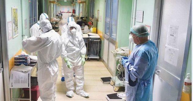 Alcuni operatori sanitari in ospedale