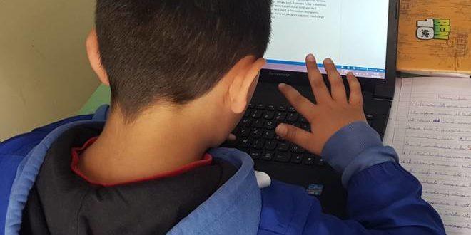 Uno studente che segue le lezioni con il computer