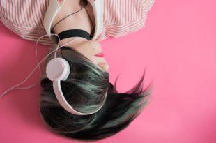 a casa ad ascoltare musica
