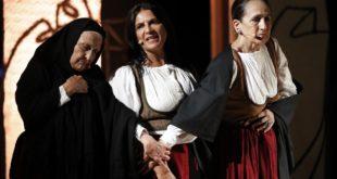 Le attrici durante lo spettacolo dedicato a Grazia Deledda