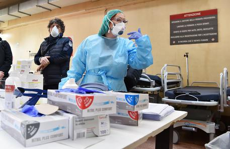 Degli operatori sanitari che lavorano