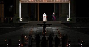Papa Francesco con le poche persone presenti