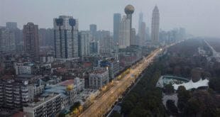 Una vista della città deserta di Wuhan