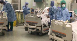 Operatori sanitari vicino ai pazienti