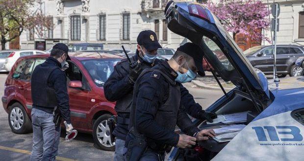 Dei poliziotti che effettuano dei controlli