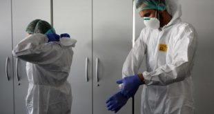 Degli operatori sanitari a lavoro