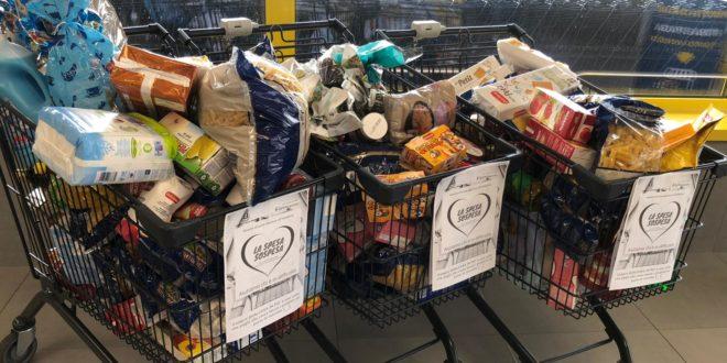 Dei carrelli pieni di cibo per i bisognosi