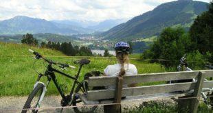 bici, ciclista seduta mentre guarda il paesaggio