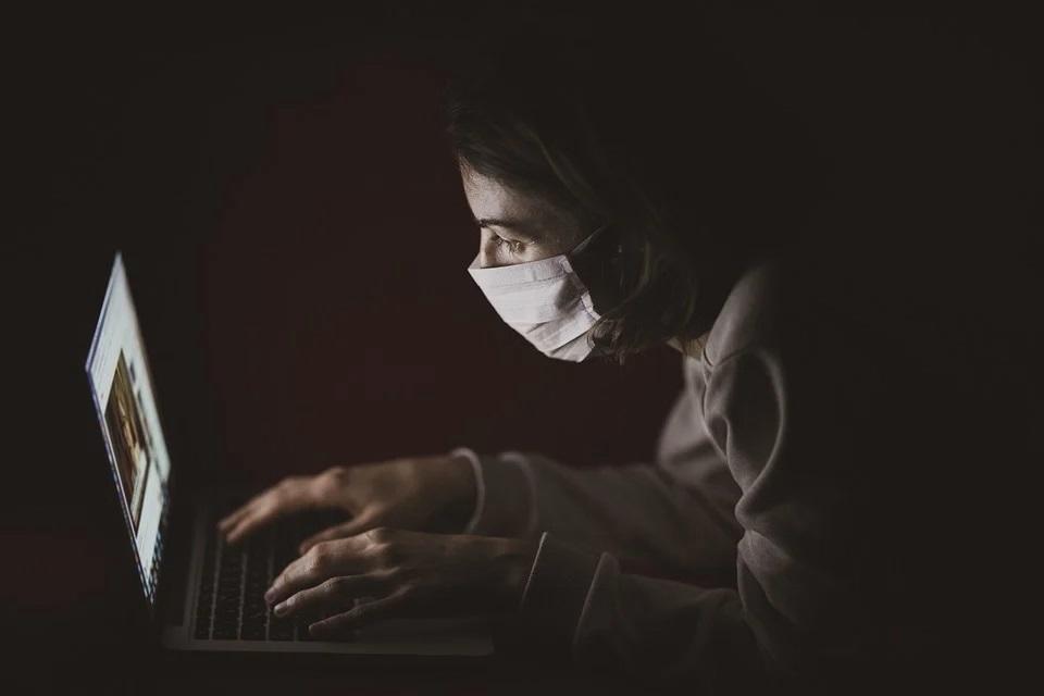 ragazza con mascherina al computer