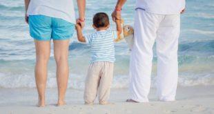 famiglia con bambino piccolo al mare Family Act