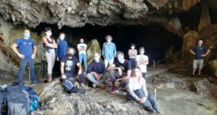 Fotografia di gruppo alle grotte con Enzo Favata e Peghin