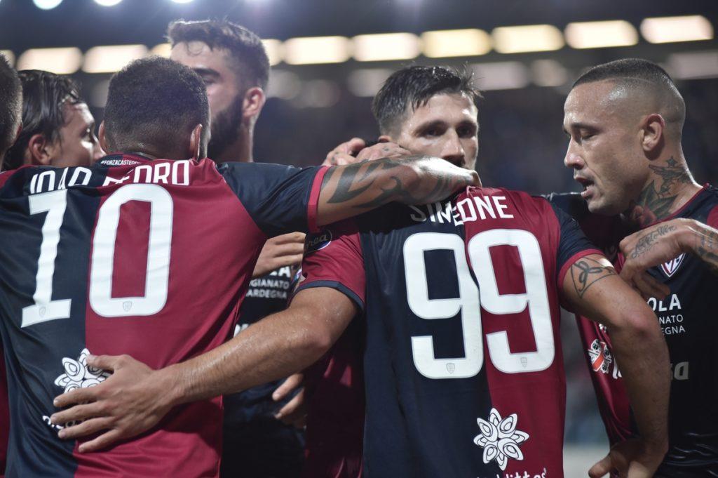I giocatori del Cagliari Calcio prima dell'interruzione.