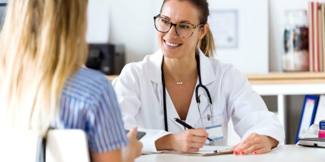 Dottoressa spiega a paziente