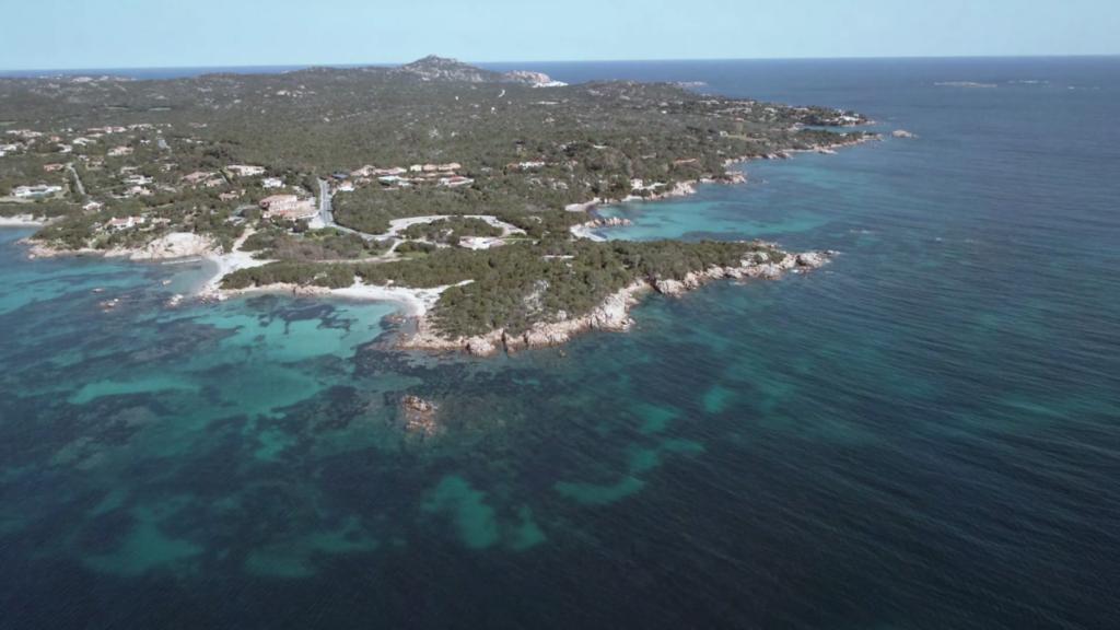 1200px Costa Smeralda veduta panoramica 2 Turismo: Confindustria Sardegna, stagione compromessa