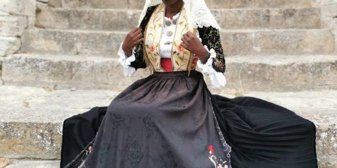 Foto in abito tradizionale sardo, offese xenofobe su fb