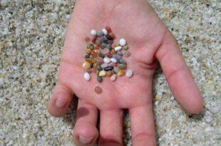 Dopo 50 e 30 anni i turisti restituiscono la sabbia 'rosa' a La Maddalena