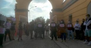 Gli studenti universitari di Cagliari protestano fuori dal cantiere di Viale La Playa