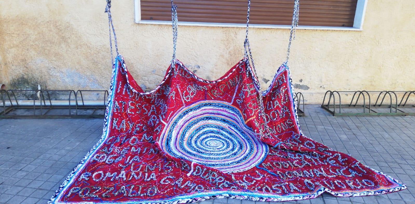 Officin&Ideali, a San Sperate sono esposti l'arazzo e la bandiera donata al Comune dall'atelier artistico di Jonida Xheri