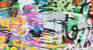 Graffiti dipinti illegalmente su un muro pubblico