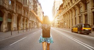 Donna con zaino va verso il sole