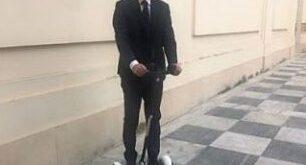 Il sindaco di Cagliari Paolo Truzzu su un monopattino elettrico