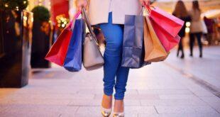Shopping di Natale tra strade piene e assembramenti
