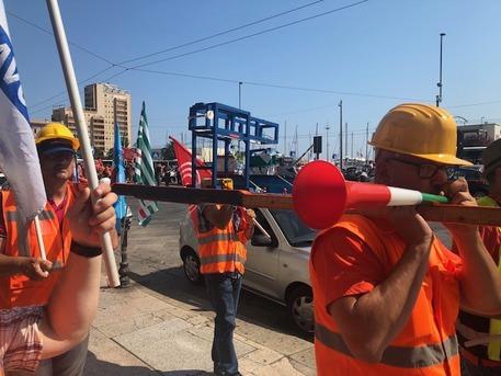 97a7110d824be30f7fa8711a9158c509 porto canale Cagliari lavoratori