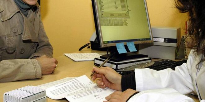 paziente signora con una dottoressa di uno studio medico medico di visita medica in ambulatorio