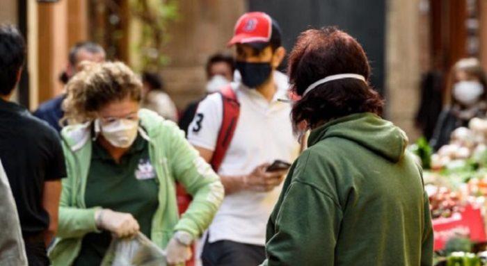 persone mascherine bologna 700x383 1