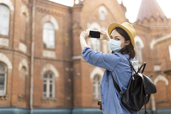 turista e mascherina e telefono